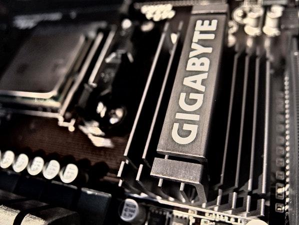 华硕发布支持20颗GPU的加密采矿主板
