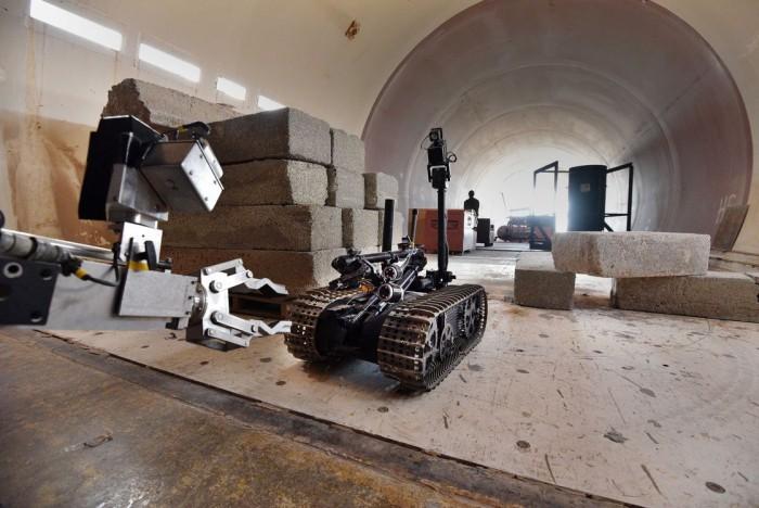 在这里机器人需要面对坠落的飞机残骸、模拟的辐射区