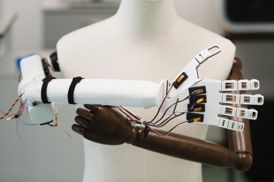 科学家研发新型人造智能皮肤 或让机器人也有触感