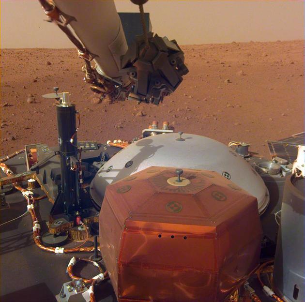 """洞察号探测器""""活动筋骨""""拍摄精美火星照片"""