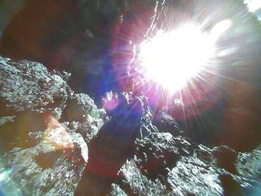 日本宇航局公布隼鸟二号回传的小行星表面图像