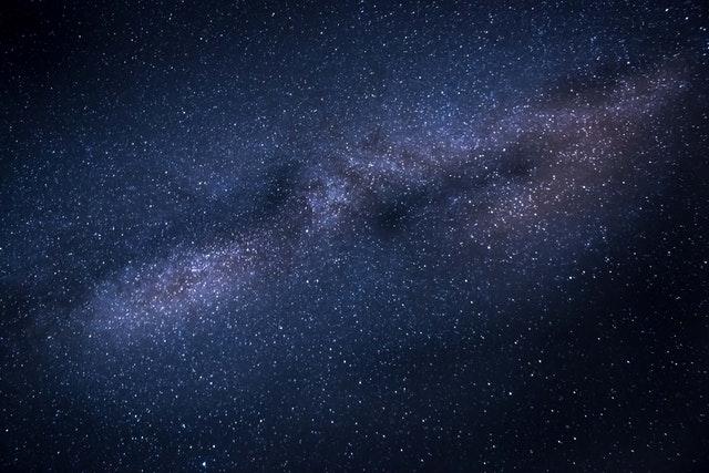 巨大黑洞周围磁场首次测定 有助发现黑洞冕加热机理
